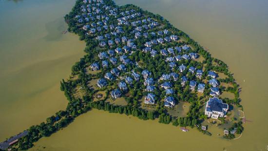 武汉遭受暴雨袭击 最奢华豪宅区被洪水围困