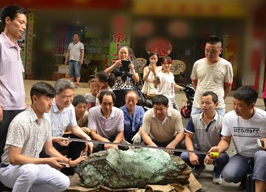 """湖北十堰惊现""""绿松石王"""" 重达215公斤价值千万"""