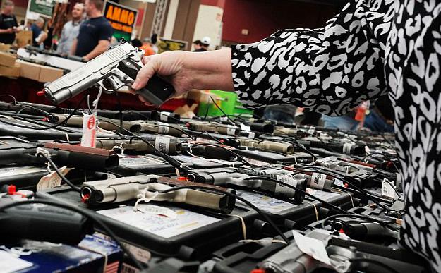美国德克萨斯州达拉斯枪击事件尚未成为历史,在距离其仅30英里的德克萨斯沃斯堡,武器博览会却如火如荼的开幕了。