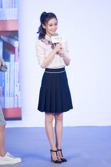 杨颖穿衣搭配技巧示范 白衬衫+百褶裙学生气十足