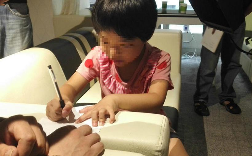 5岁女孩患奇病下身似男童 母亲无奈带她深圳乞讨