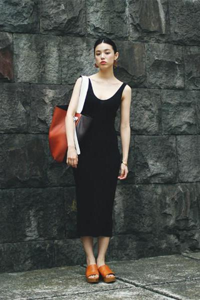 时尚达人街拍穿搭示范 修身连衣裙轻松赢路人眼光