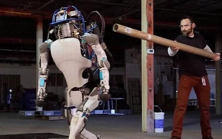 谷歌公司人形机器人野外测试 遛狗女子懵逼了!