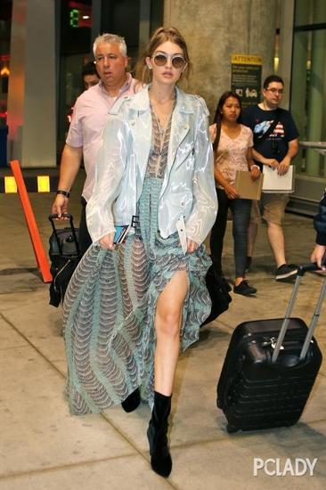 Gigi穿衣搭配技巧示范 高开衩裙让你在夏日脱颖而出