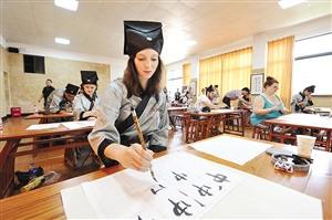 洋学生临摹书法字帖 体验碑帖拓印