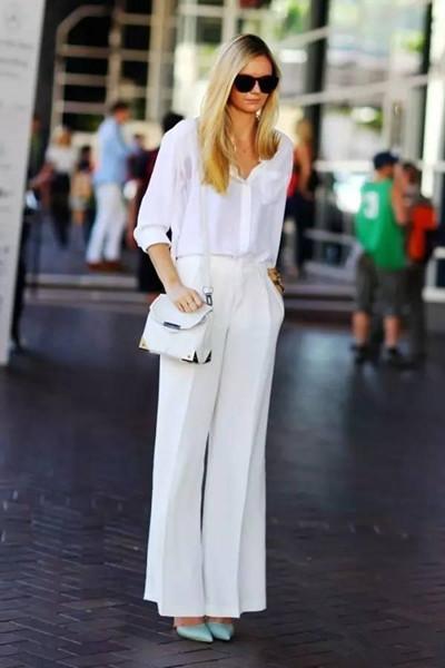 欧美单人穿衣搭配示范 白裤子修饰腿型必备单品