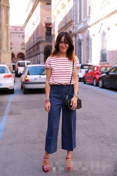 欧美夏季街拍穿搭示范 条纹T恤+阔脚裤秀出美腿