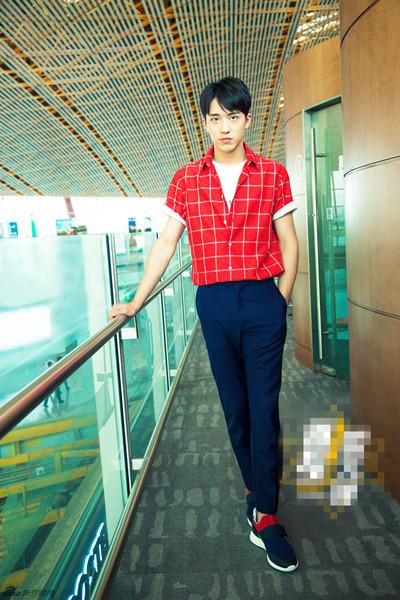 许魏洲机场街拍示范 红色格纹短衫+修身裤轻松时髦