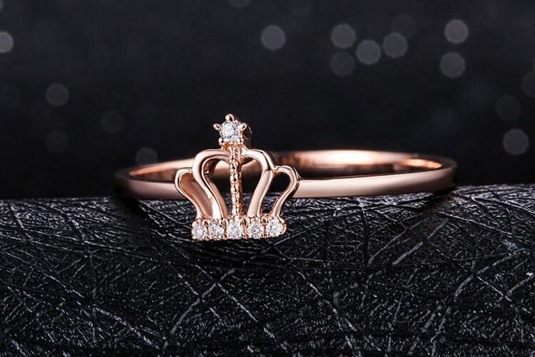 周六福珠宝18K玫瑰金时尚皇冠钻石戒指_珠宝图片