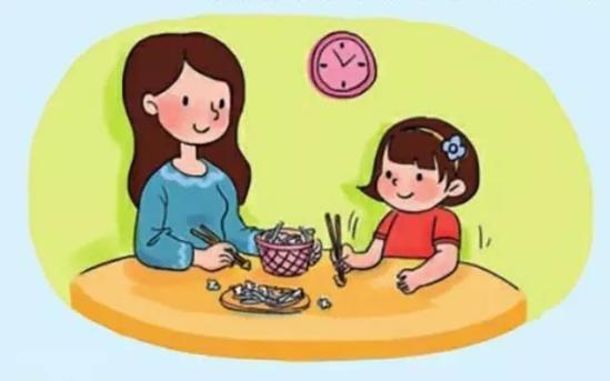 近日有家长反映,北京一些幼儿园的中班开始要求小朋友用筷子吃饭,宝宝图片