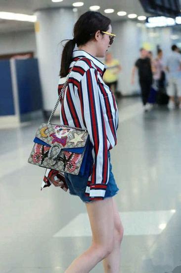 杨幂机场街拍穿搭示范 搭配包包她最有心得!