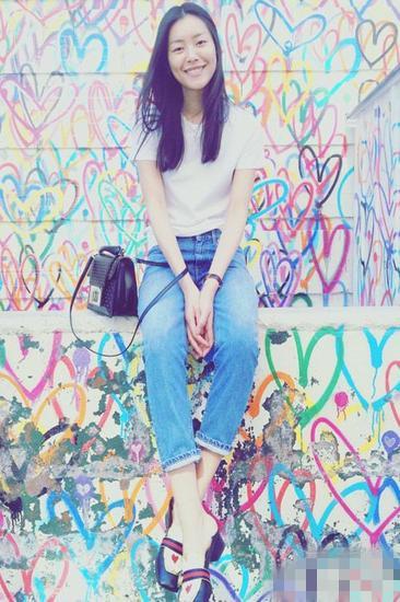 刘雯穿衣搭配技巧示范 白T恤配九分牛仔裤轻松帅气