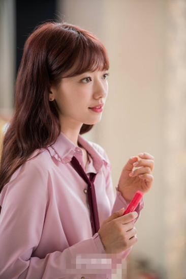 韩剧女主穿衣搭配示范 朴信惠衬衫穿搭百变多样