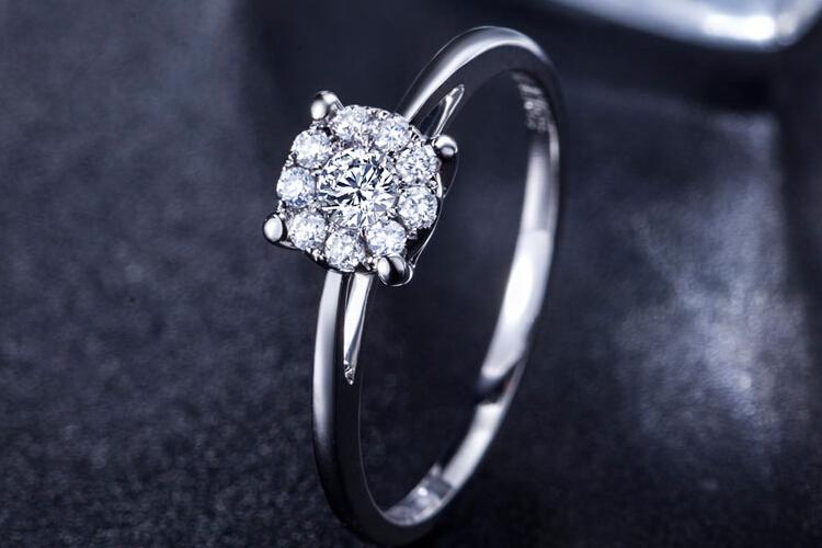 周六福珠宝白18K金1克拉钻石戒指_珠宝图片
