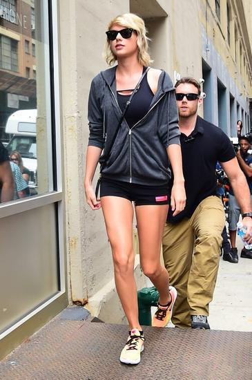 欧美达人街拍穿搭示范 薄外套+大白腿怎么看都美!