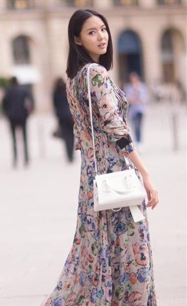 张梓琳最新街拍示范 印花长裙让你告别单调秋季