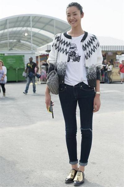 刘雯秋季服装流行趋势示范 穿男鞋凹造型霸气十足