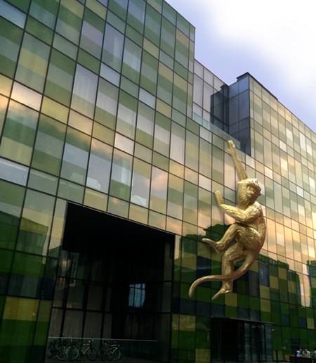 瑜舍酒店携手著名艺术家Lisa Roet挂起巨型金丝猴雕塑