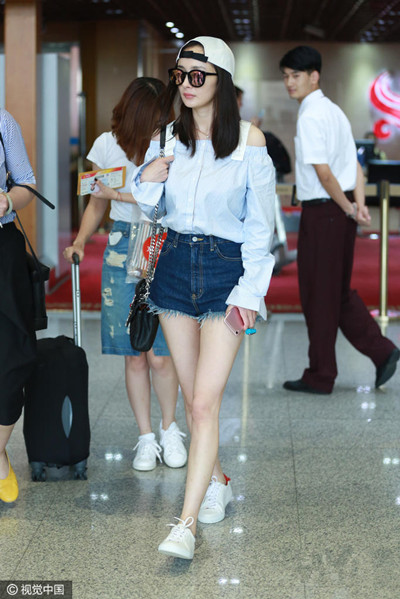 杨幂现身首都机场 穿衣搭配一字肩吊带衬衫少女感爆棚