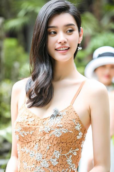超模奚梦瑶街拍穿搭示范 裸色蕾丝吊带裙大秀好身材
