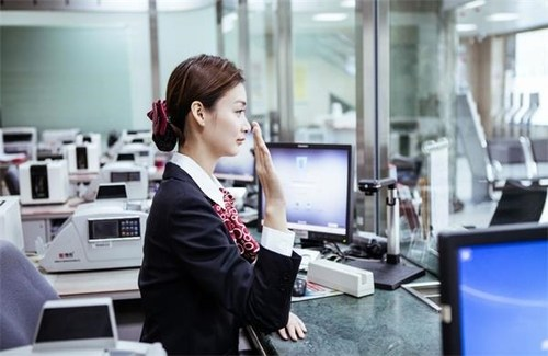 银行职员月收入多少_银行职工慰问一线女教师