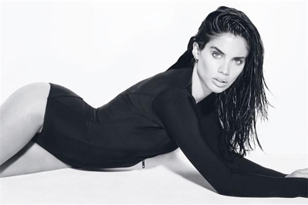 超模Sara Sampaio登上《GQ》杂志10月号封面