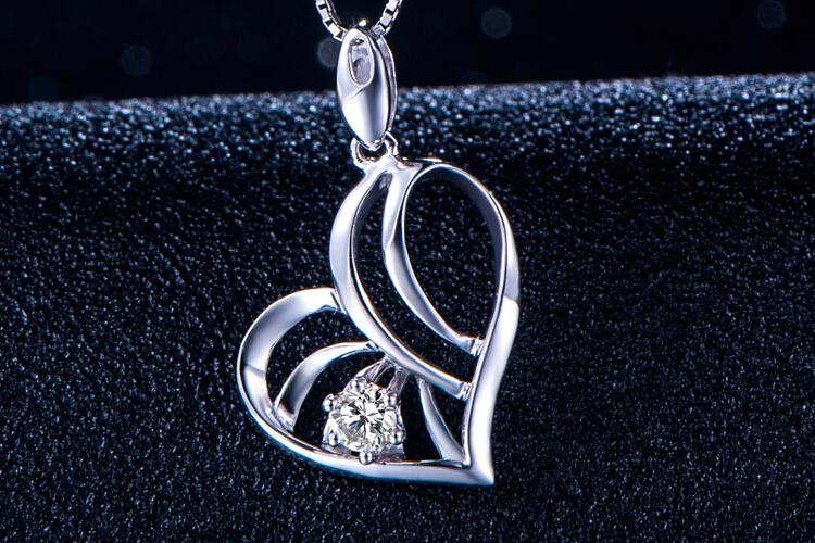 周六福珠宝白18K金钻石心形镂空吊坠_珠宝图片