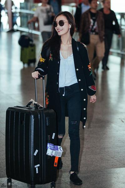 倪妮机场穿衣搭配示范 白T配印花针织衫时髦又减龄