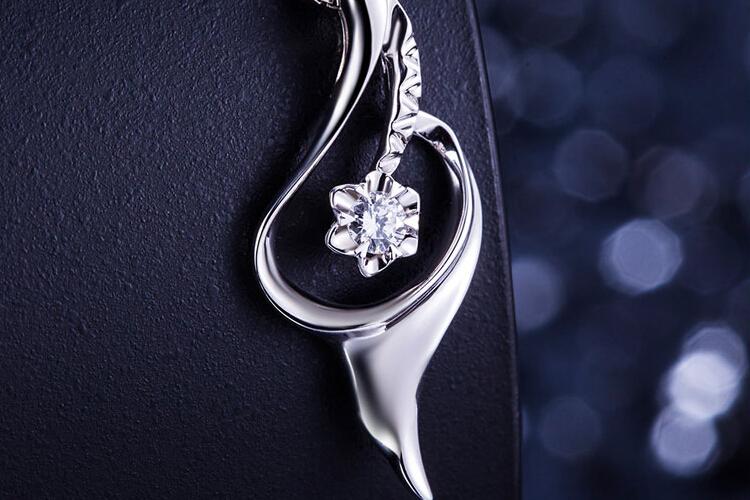 周六福珠宝白18K金花形钻石吊坠_珠宝图片