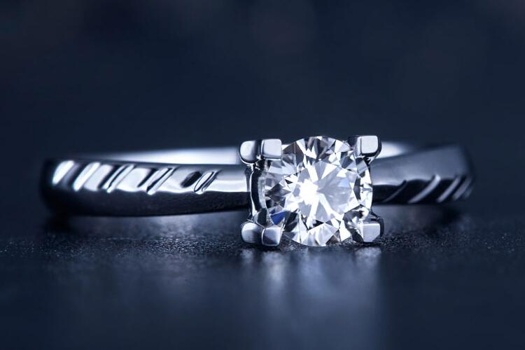 周六福珠宝白18K金四爪复古钻石戒指_珠宝图片
