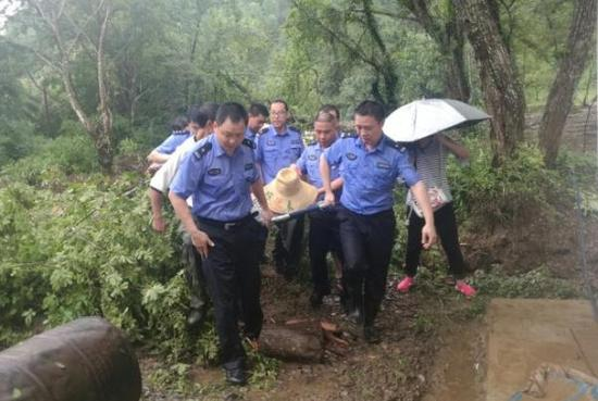 江西一孕妇突感不适又遇塌方 民警徒步6公里将孕妇抬到大路上