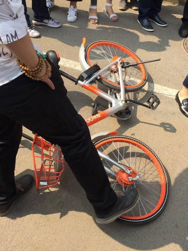 男子酒后怒砸单车 运营商:一辆单车价值3000元