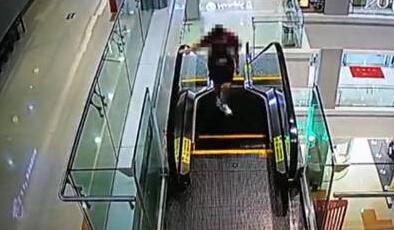 女生商场女子当跑步机逆跑电梯手被卷进手扶书好送结果书送什么图片