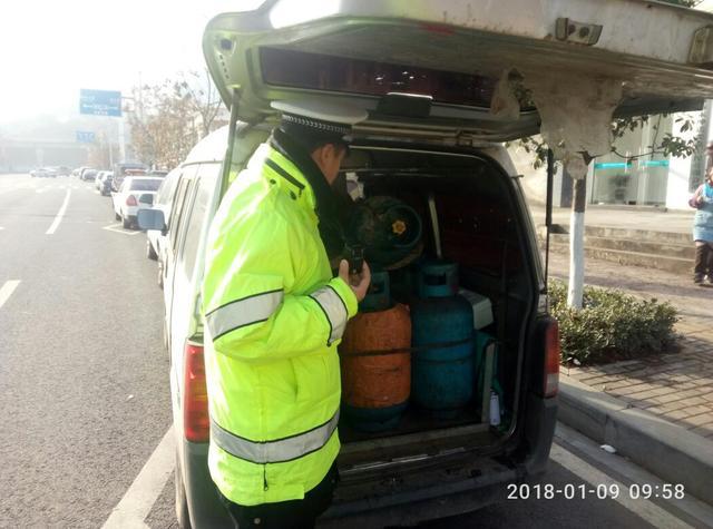 宜昌面包车私自改装 载20罐液化气满街跑