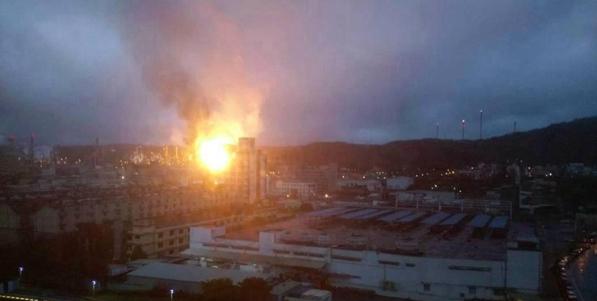 台湾桃园一炼油厂突发爆炸 现场火光冲天