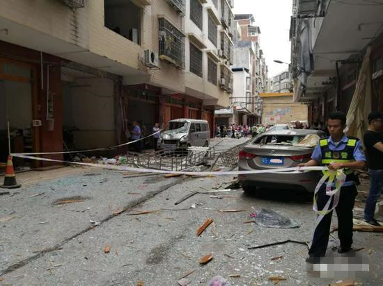 来宾一居民房液化气罐爆炸 4人受伤门窗俱碎!