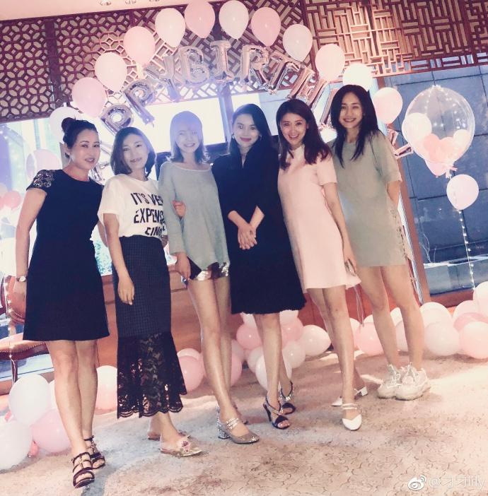 奢界名流 名流资讯 正文  7月24日,甘薇的圈外姐妹在微博晒出一组生日