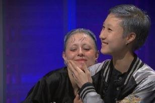 拥抱!光义��[Z[0_吴卓林上节目被批薄情寡义 与女友捏脸拥抱大秀恩爱