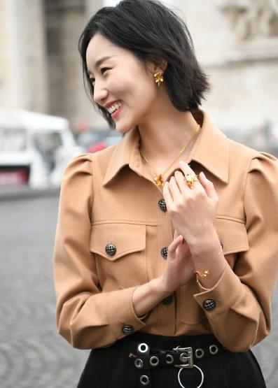 """超模郭素平佩戴周六福""""三生有幸""""系列现身巴黎时尚街拍"""