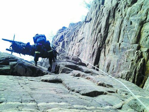 3驴友太行山遇险坠入20米悬崖 救援人员峭壁垂降救人