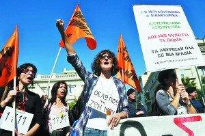 希腊政府大力推行紧缩政策 引发民众示威抗议