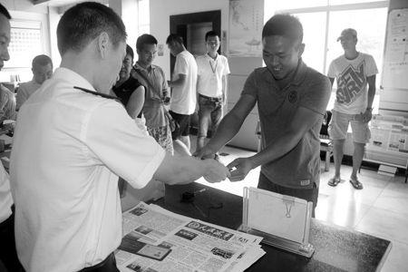 三亚首批颁发的新版游艇驾照 已陆续发到申请者手中