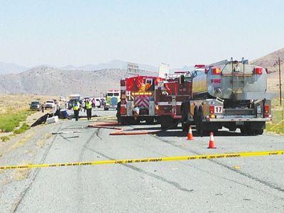 国外一小型私人飞机迫降撞上载货卡车 致使4人受伤