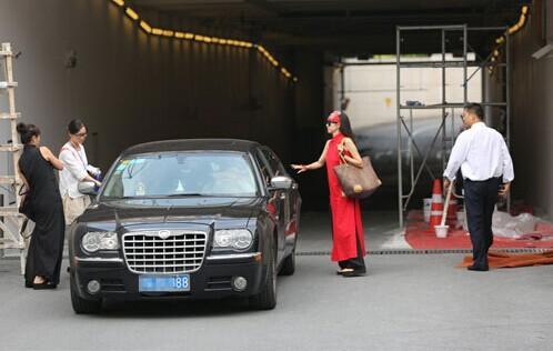 """杨丽萍穿着红装现身停车场 坐尾牌""""88""""豪车显富贵"""