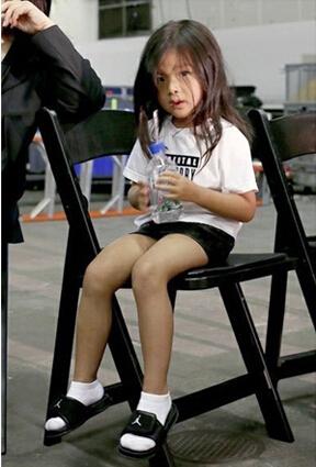 小贝女儿PK王大仁侄女 纽约时装周娃娃时尚