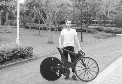 一收藏家要购买大四学生手工自行车