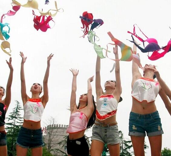 杭州女性抛胸罩呼吁关注乳腺健康