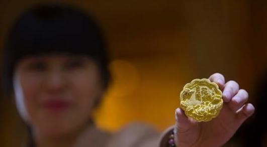 黄金月饼亮相太原 造型逼真价格不菲
