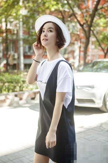 李晟街拍穿白色T恤搭背带裙 尽显学院风