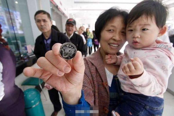 抗战胜利70周年纪念币发行 民众排队兑换